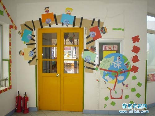 幼儿园门窗装饰:树荫下的教室门布置